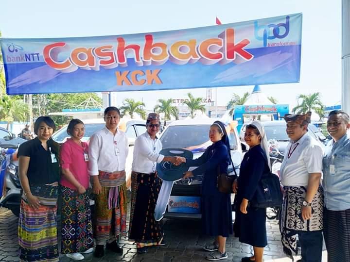 Bank NTT Serahkan Mobil Program Cashback ke Nasabah